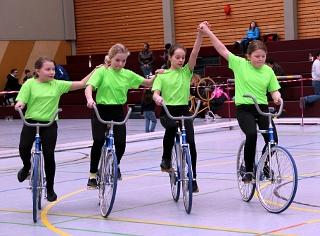 Konzentriert und fast fehlerfrei: (von links) Lavinia Huth, Tamara Schmidt, Kiara Daubertshäuser, Elisa Müller bei ihrer Kür. Foto: Müller